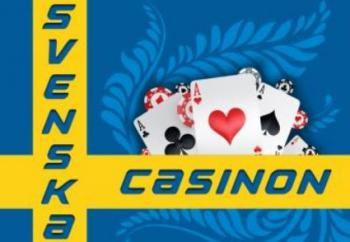 """En svensk flagga med texten """"Svenska casinon"""" och en mängd spelkort och spelmarker."""